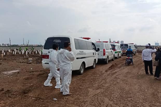 Hari Ini 32 Jenazah Covid-19 Dimakamkan, Begini Penampakan Antrean Mobil Jenazah di Jakarta