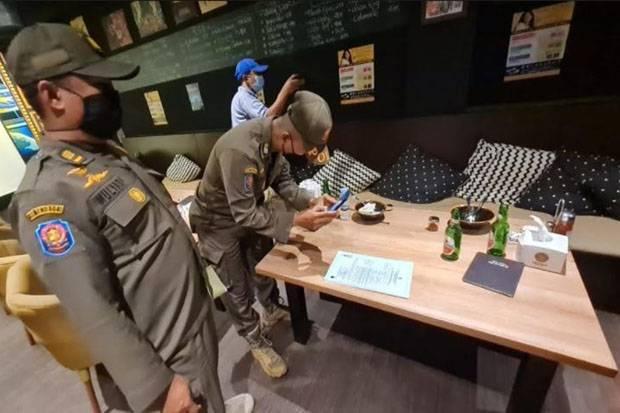 Kunci Pintu Ketika Hendak Disegel, Petugas Gedor Pintu Bar di Cilandak