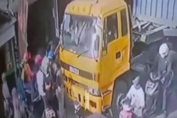Video Viral, Pengantar Jenazah Pecahkan Kaca Truk Kontainer