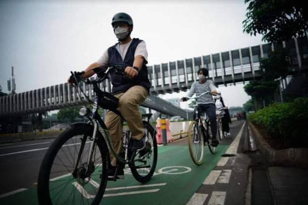 Minggu Pagi Anies Gowes Bareng Keluarga, Netizen Singgung soal Jalur Sepeda
