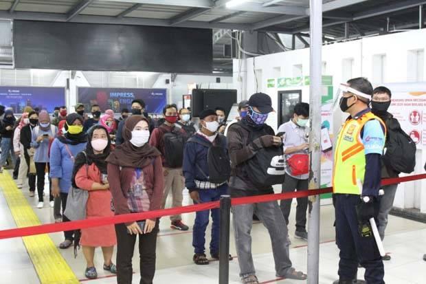 Pengguna KRL Commuter Line Mulai Besok Wajib Swab Antigen di Enam Stasiun Ini