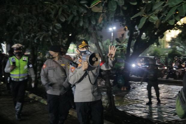 120 Personel Gabungan Bubarkan Kerumunan Warga di Alun-alun Kota Bekasi