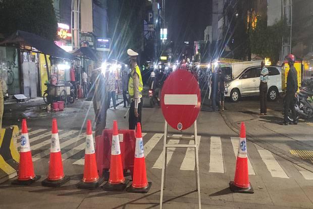 Suasana Malam Penyekatan 10 Titik di Jakarta, Salah Satunya Kawasan Jalan Sabang