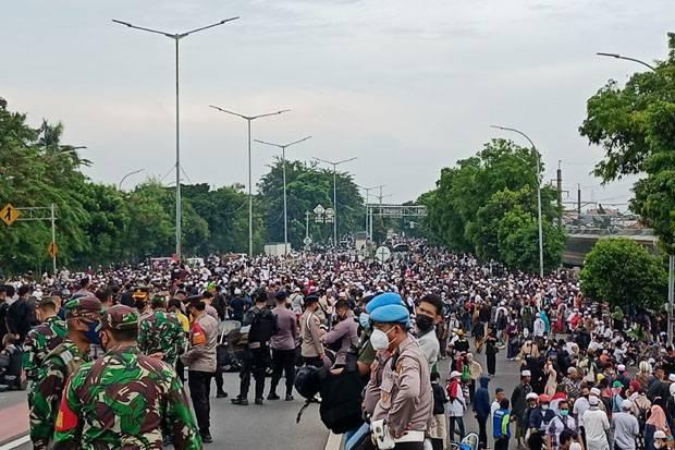 Sempat Bentrok, Massa Pendukung Habib Rizieq Shihab Bertahan di Flyover Pondok Kopi