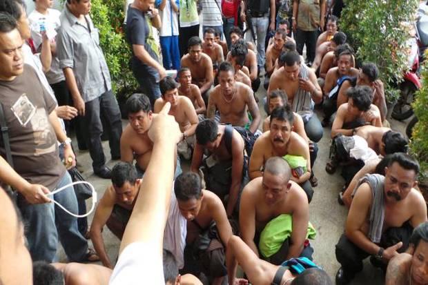Gerombolan Preman Pasang Wajah Seram dan Intimidasi Ketua RT di Tambora