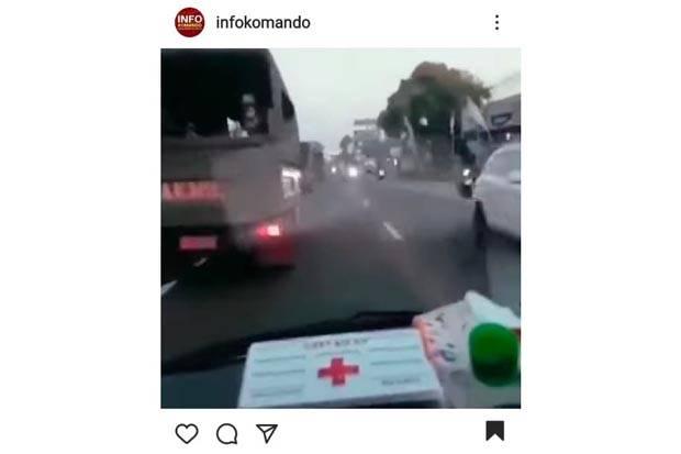 Viral, Rombongan Truk TNI Menepi Saat Sirine Ambulans Bunyi