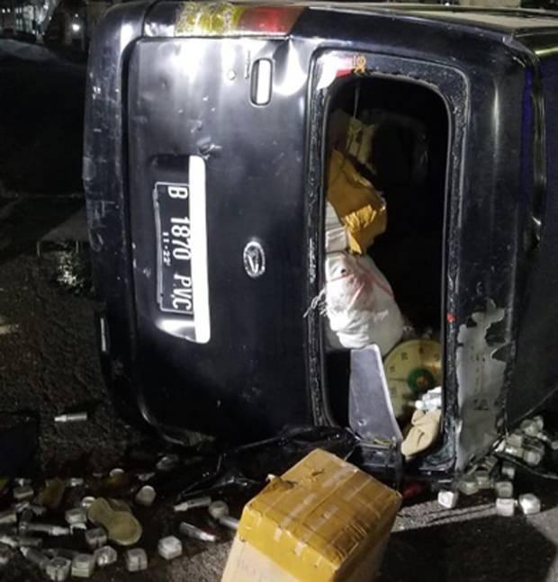 Minibus Terguling, SkinCare Bermerek Tercecer di Jalan Gatot Subroto