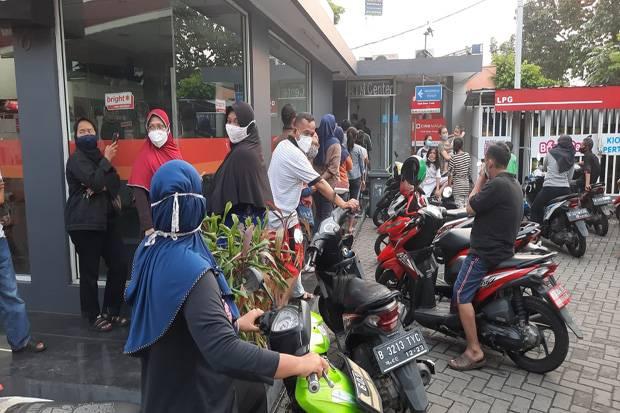 Antre Bansos Rp600 Ribu di ATM Bank DKI, Warga Mengeluh Masih Kurang Banyak