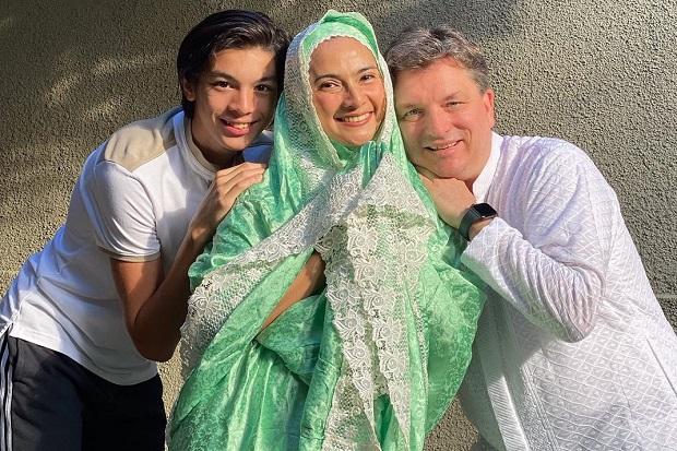 5 Potret Maudy Koesnaedi Rayakan Idul Adha dengan Salat di Rumah