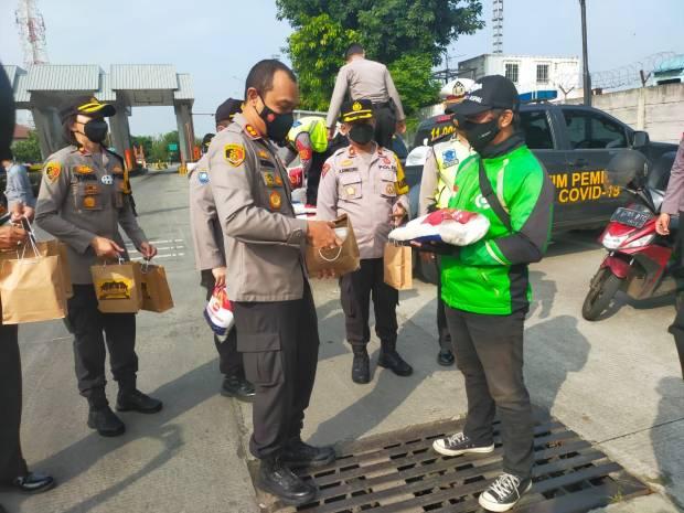 Peduli Sesama, Polisi Bagikan 800 Paket Rendang Hewan Kurban ke Warga Terdampak PPKM
