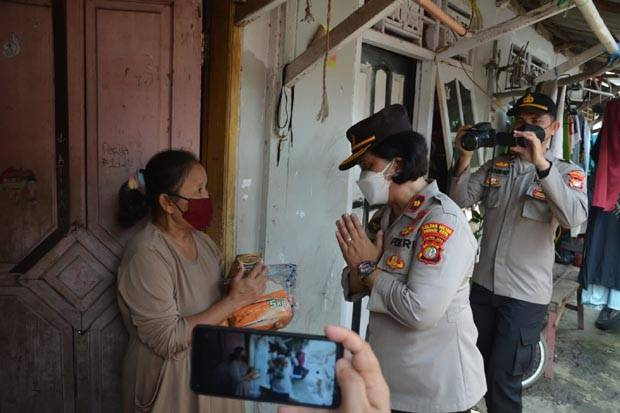 Polres Bekasi Salurkan Bantuan 1.350 Kg Beras dan 250 Paket Rendang