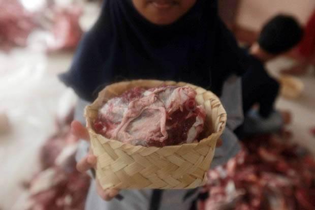 Petugas Musnahkan 31,6 Kg Organ Hewan Kurban Tak Layak Konsumsi di Pasar Rebo
