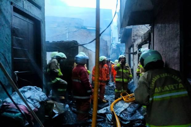 Kebakaran Rumah di Kawasan Padat Penduduk Tambora, Petugas Terhambat Gang Sempit
