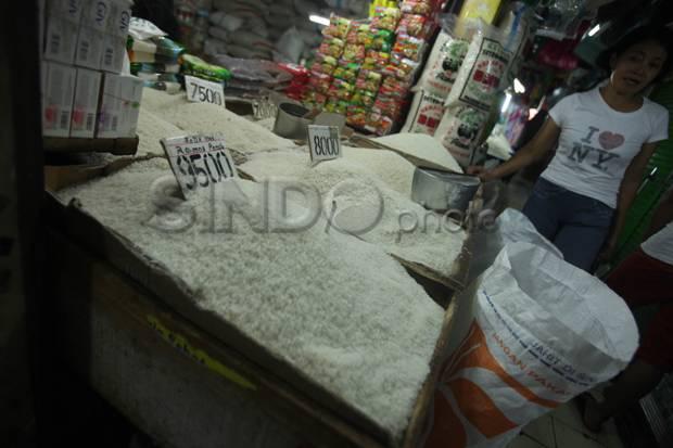 PPKM Darurat, Polsek Pasar Rebo Bagikan Beras di Pos Penyekatan