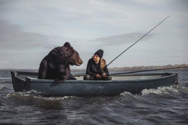 Memancing Bareng Beruang Raksasa, Nyali Wanita Ini Luar Biasa