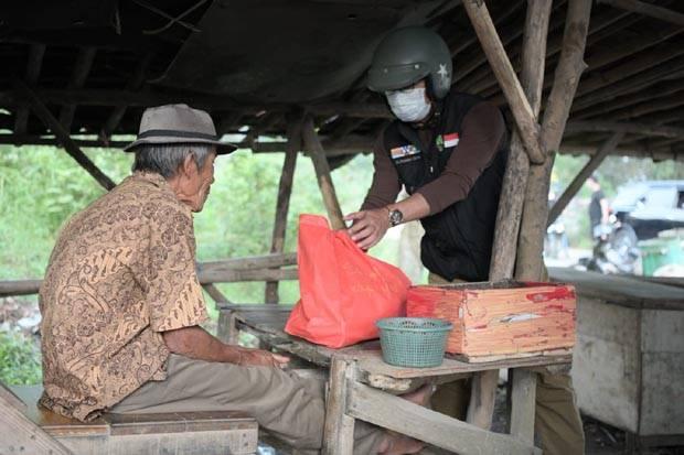 Blusukan ke Bekasi, Ridwan Kamil Turun Langsung Berikan Sembako untuk Warga