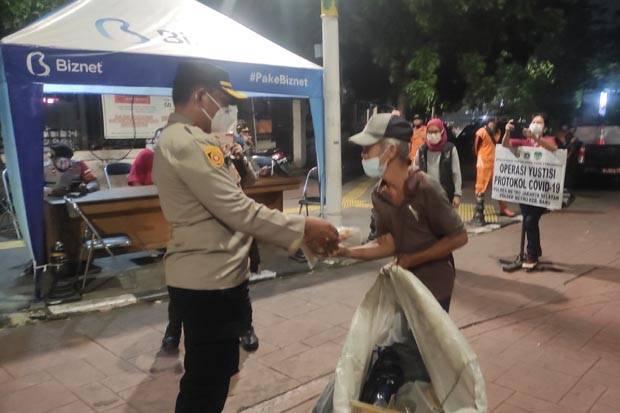 Polsek Kebayoran Baru Gelar Patroli Skala Besar dan Bagi-Bagi Sembako