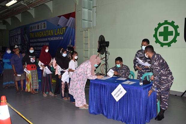 Antusiame Warga Tinggi, Serbuan Vaksin Maritim TNI AL Sasar Pulau Kelapa dan Pulau Harapan