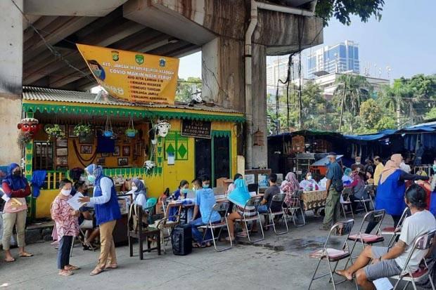 Pedagang Pasar Antusias Ikuti Vaksinasi di Kolong Fly Over Kebayoran Lama