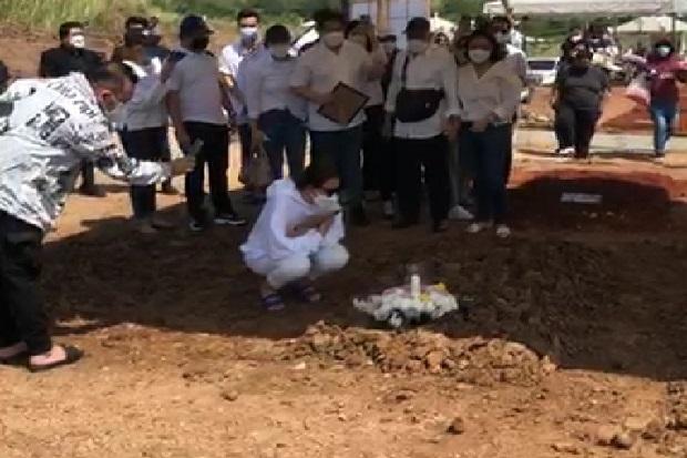 Tangis Amanda Manopo Tak Terbendung Saat Letakkan Foto Ibunda di Pusara