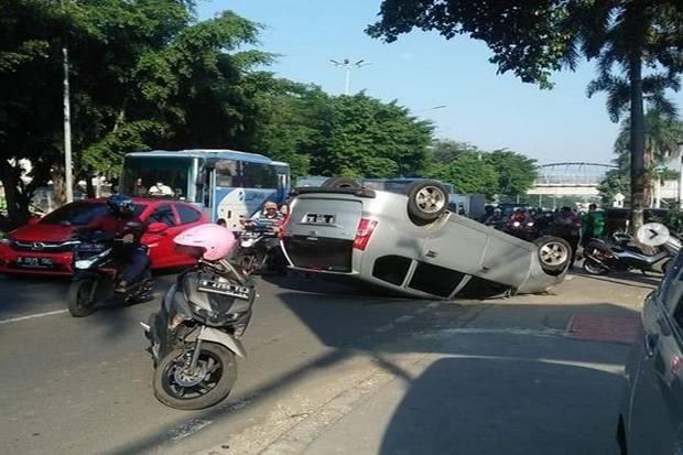 Mobil Terbalik di Penggilingan Jadi Tontonan, Warganet: Lelah Hadapi PPKM