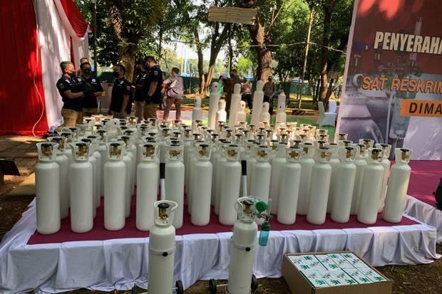 Polda Metro Jaya Serahkan 138 Tabung Oksigen kepada Pemprov DKI Jakarta