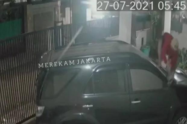 Terekam CCTV, Maling Gasak Spion Fortuner di Kebayoran Baru Jaksel