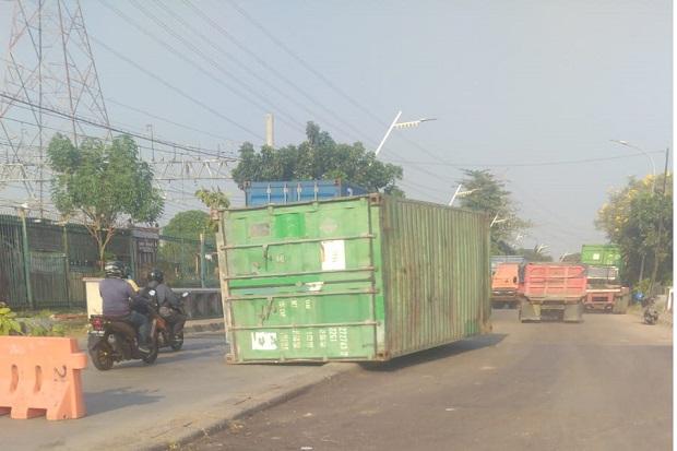 Kontainer Lepas dari Truk Trailer Usai Tabrak Pembatas Jalan di Martadinata Ancol