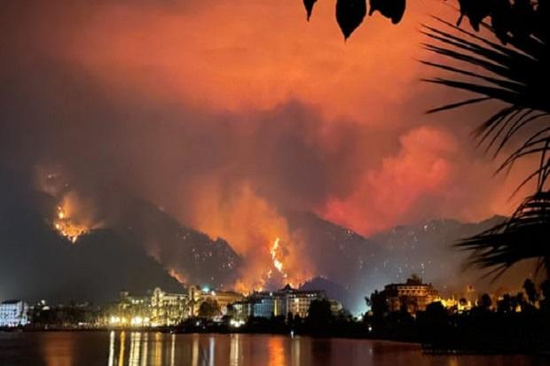 Kebakaran Turki Parah, 4 Tewas dan Ribuan Wisatawan Dievakuasi