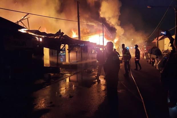 Kebakaran Landa Puluhan Kios Pedagang di Duren Jaya Bekasi