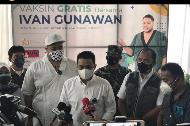 Hadiri Vaksinasi di Tambora, Wagub Ariza Serukan Artis Tiru Ivan Gunawan