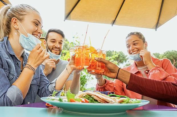 Ini Tips Mencegah Tertular Covid-19 saat Makan Bersama