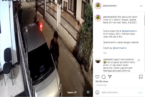 Mobil Parkir di Gang Sempit, Spion Digasak 2 Pencuri