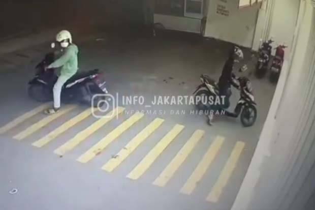 Terekam CCTV, Maling Gasak Motor di Minimarket Cempaka Putih