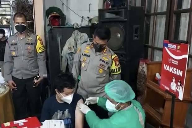 90 Orang Jalani Vaksinasi Malam Hari di Pancoran
