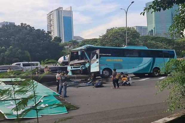 Kaget Mobil Belok Kiri, Bus Tabrak Tiang Rambu di Tol Meruya