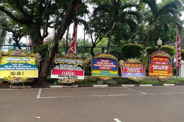 Gedung DPRD DKI Banjir Karangan Bunga Dukung Interpelasi Terhadap Anies Baswedan