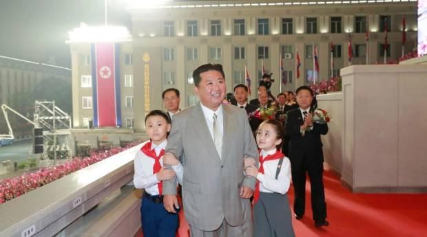 Lebih Kurus dan Energik, Kim Jong-un Curi Perhatian di Parade Militer
