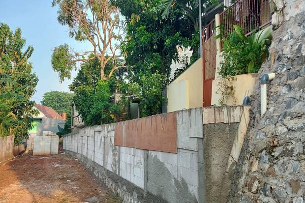 Akses Ditutup Tembok oleh Pengembang, Warga Ciputat Hanya Bisa Lewat Jalan Setapak