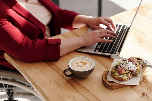 4 Efek Negatif Makan di Meja Kerja untuk Kesehatan, Hati-hati!