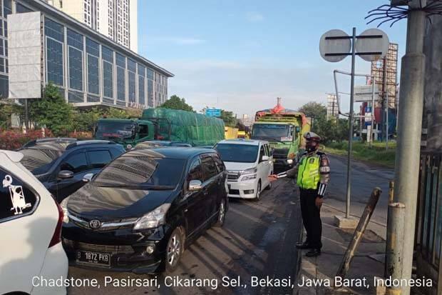 Terjadi Antrean Kendaraan di Exit Tol Cikarang Barat, Dampak Truk Boks Mogok