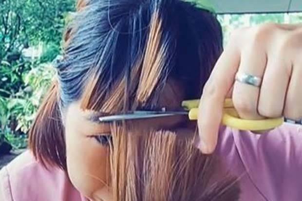 Viral! Aksi Wanita Potong Poni Sendiri, Hasilnya Bikin Ketawa sekaligus Nangis