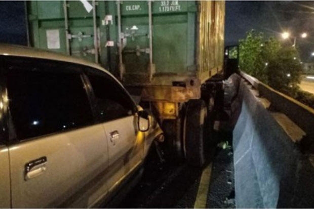 Tabrak Truk di Jalan Kamal Raya, Sopir Minibus Dilarikan ke RS Hermina