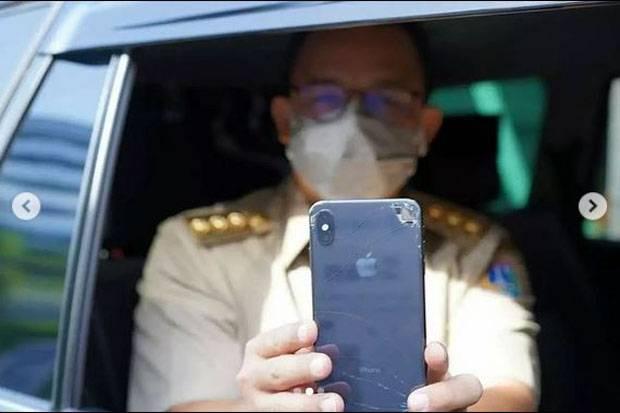 Tunjukkan PeduliLindungi saat Masuk Ancol, Handphone Anies Pecah Bikin Salfok Warganet