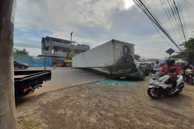 Truk Kontainer Terguling, Jalan Raya Serang Macet 2 Km