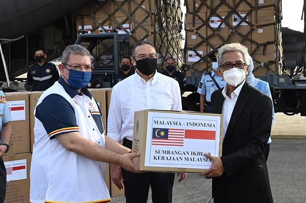 Menlu Malaysia Serahkan Bantuan Penanggulangan Covid-19 ke Indonesia