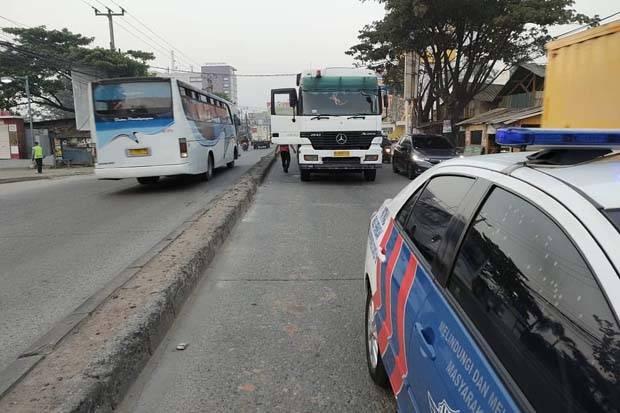 Truk Mogok di Jalan Industri Cikarang Selatan, Lalu Lintas Arah Fly Over Tegal Gede Padat
