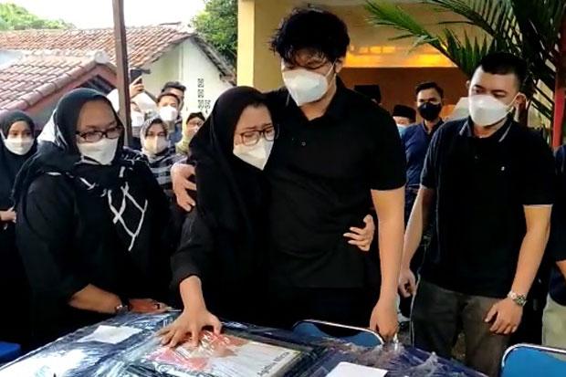 Jenazah Pilot Rimbun Air Kapten Mirza Tiba di Rumah Duka, Isak Tangis Keluarga Pecah