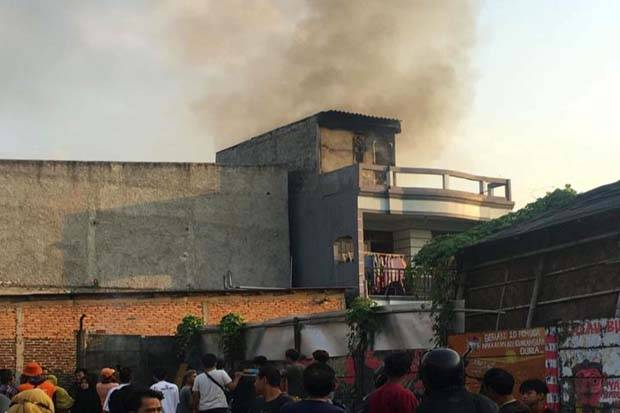 Rumah Dua Lantai di Kalideres Terbakar, Petugas Kerahkan 4 Unit Mobil Pemadam