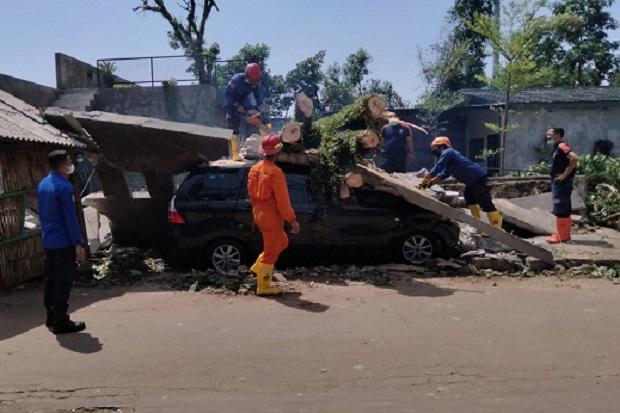 Penampakan Mobil Tertimpa Pohon Besar dan Dinding Bangunan di Sukmajaya Depok